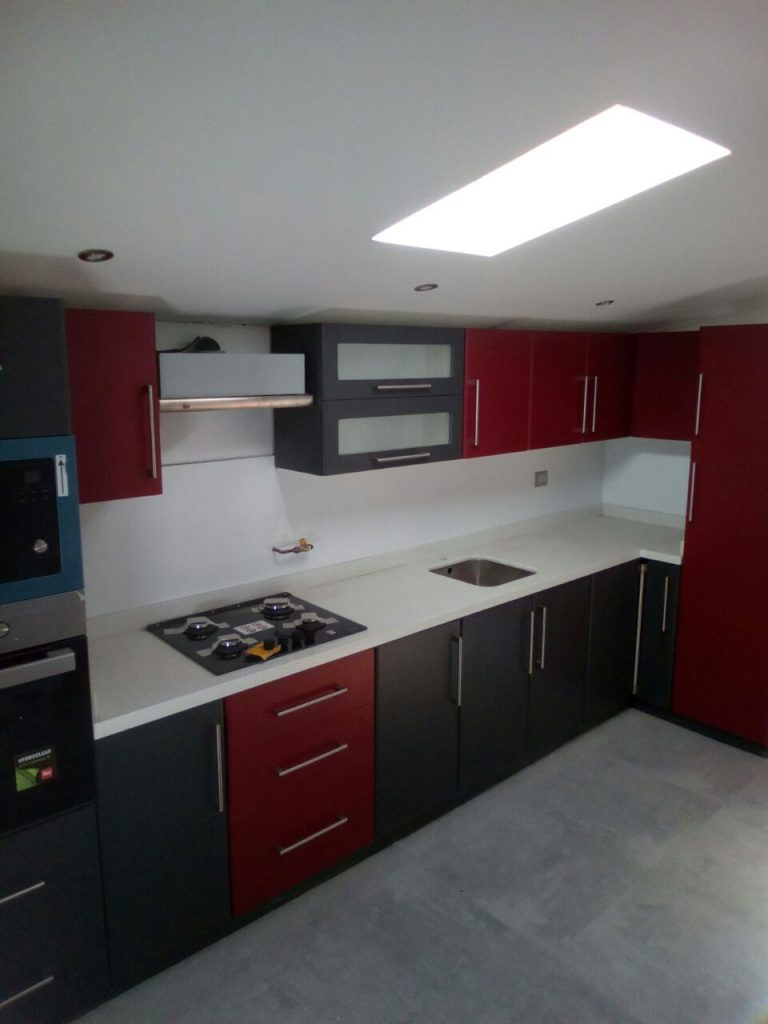 Proyecto cocina cubierta cuarzo blanco y puertas for Cubierta cocina